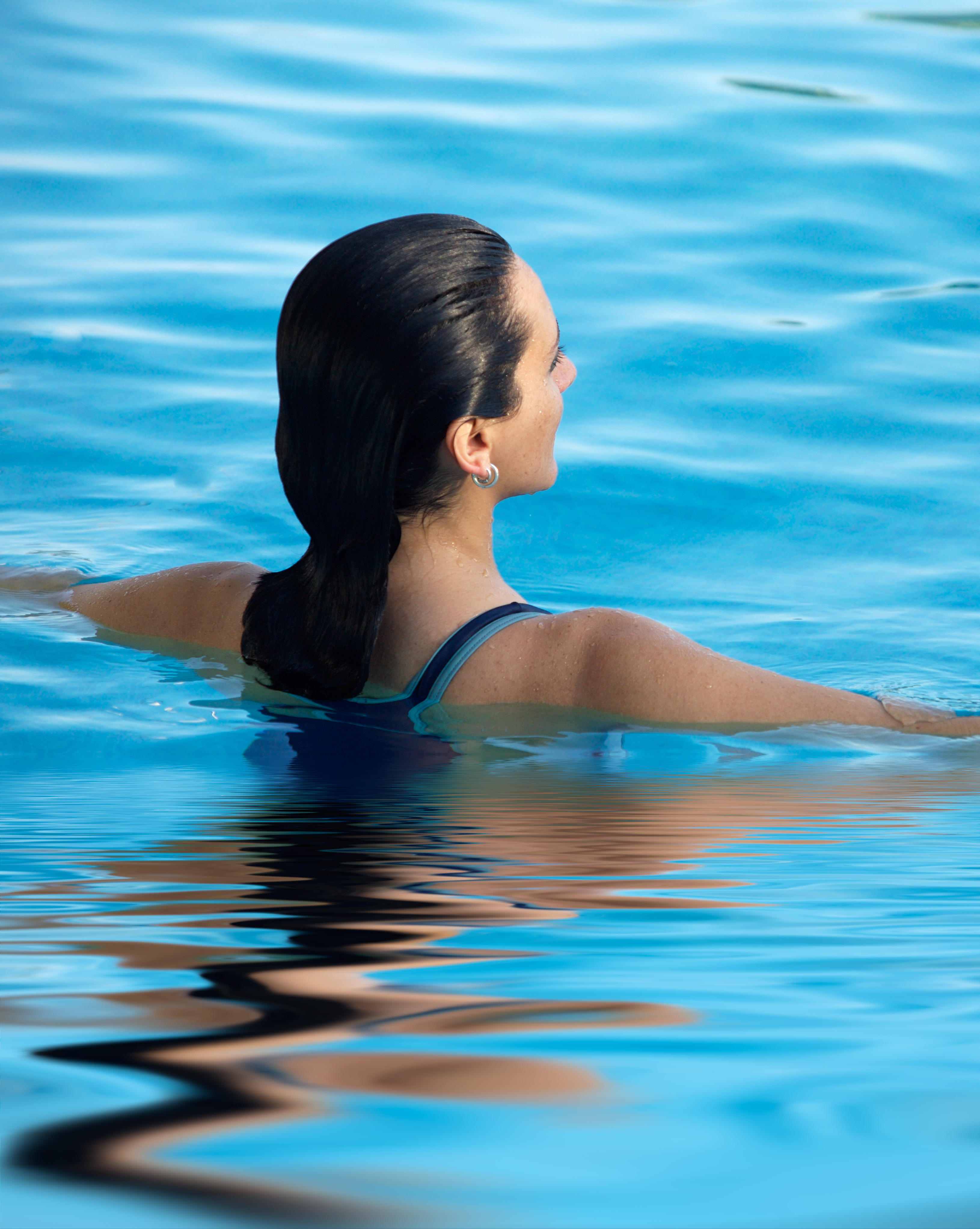 How does chlorinated pool water affect hair?