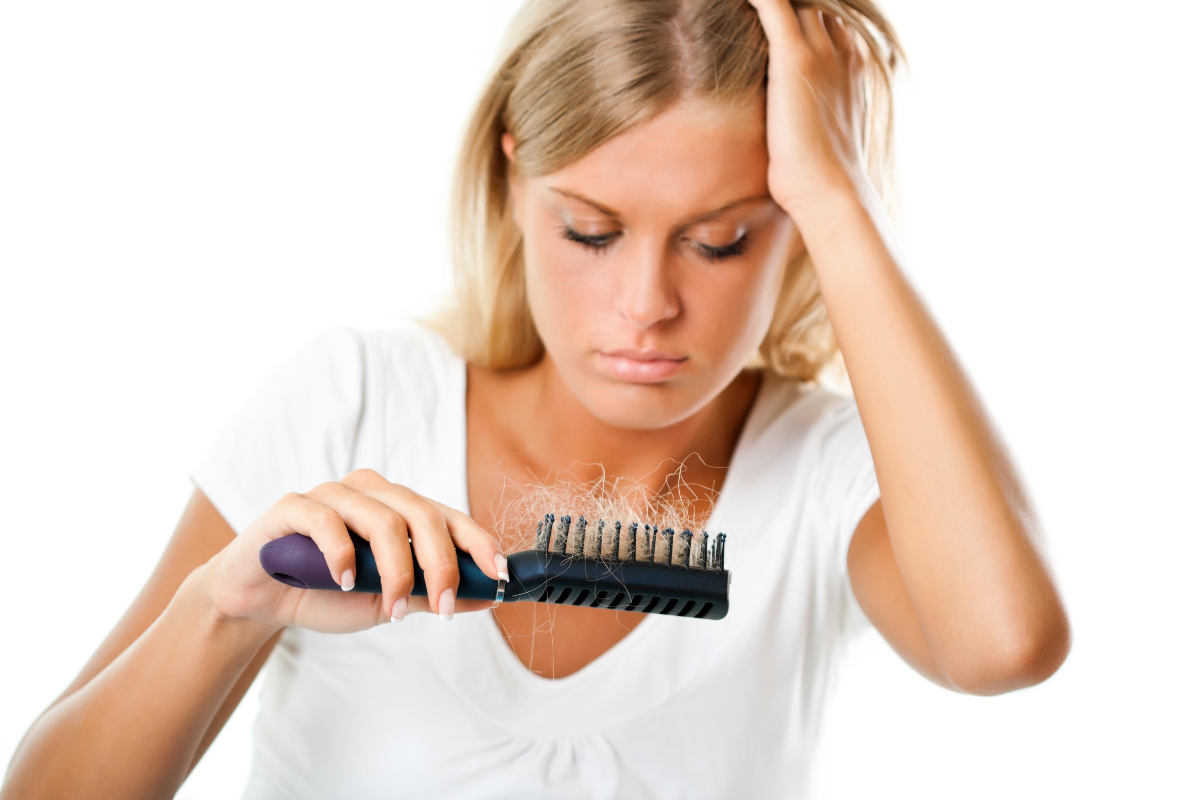 ¿Secarse o plancharse el pelo favorece la alopecia?